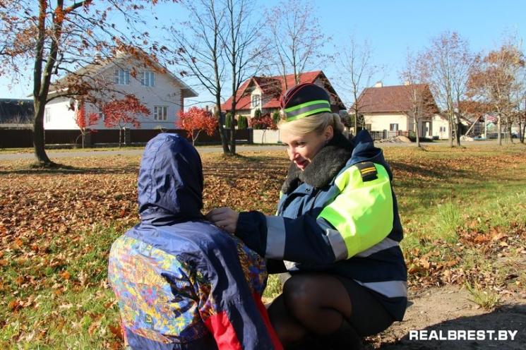 В Кобрине проверили водителей на сострадание, и положили тело пешехода у дороги...