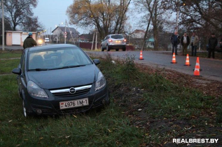 На Богданчука девушка на Opel наехала на мужчину с ребёнком
