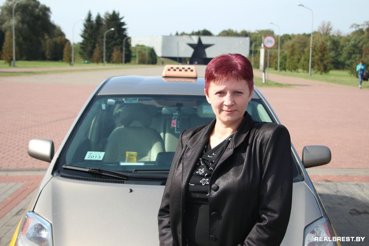 Девушка таксистка трахнулась с пассажиром